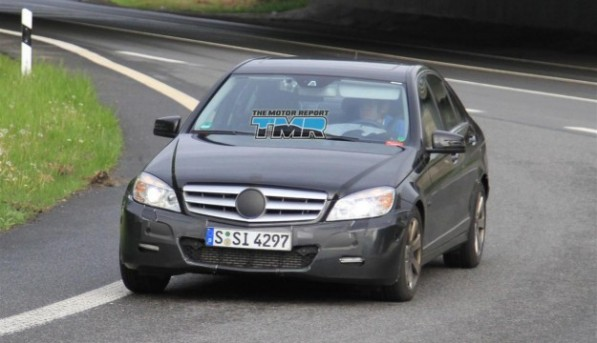 2011_mercedes_benz_c_class_update_spy_photos_06-4be88e6286acd-625x3601