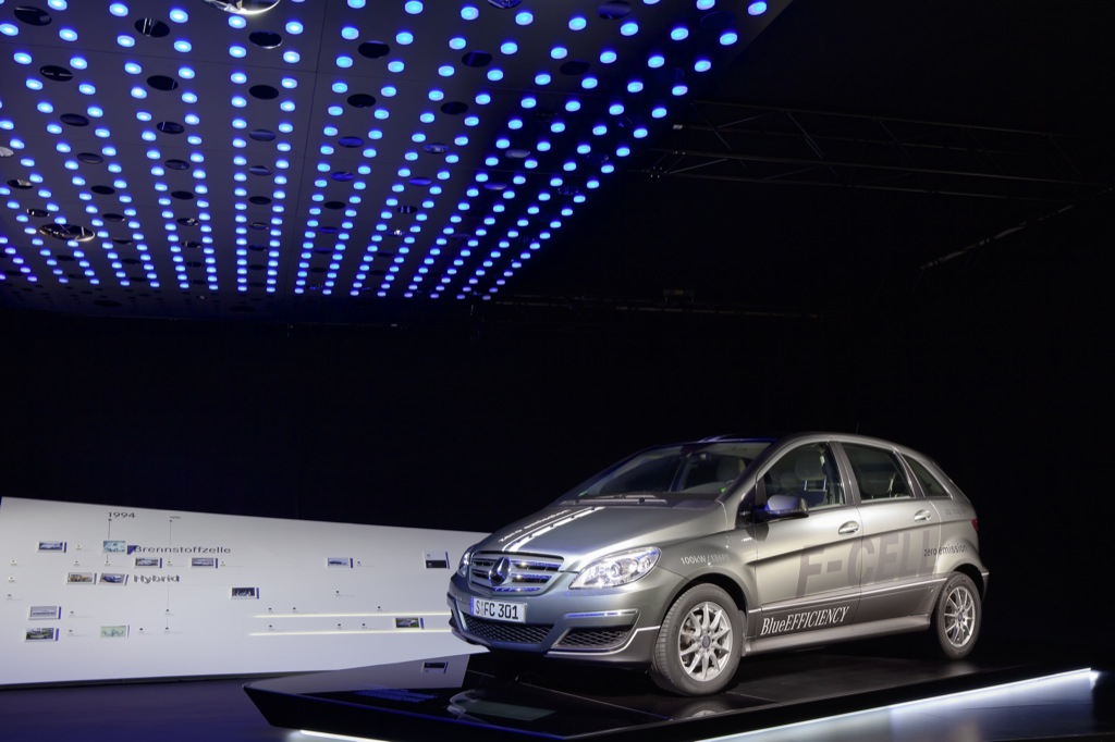 mercedes-benz-redesigns-legend-6-exhibition-room-for-2011-25445_2