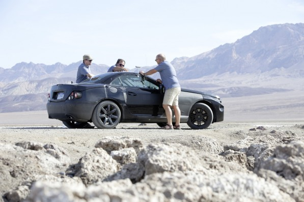 80244714738825616374410c1145080 597x397 Leaked photos of 2012 SLK being tested in Death Valley