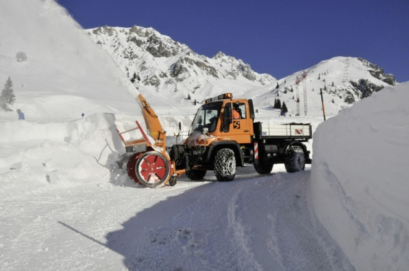 12A58 597x396 U500 Unimog Shows Versatility As A Snowplow