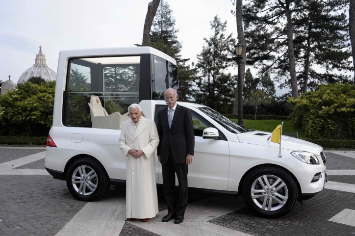 Mercedes Benz New Popemobile 01 724x481 Zetsche, Mercedes Benz Deliver New Popemobile