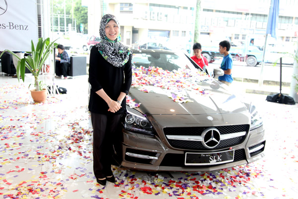 leeza win1 Mother Drives Home an SLK 350 with a Winning Key