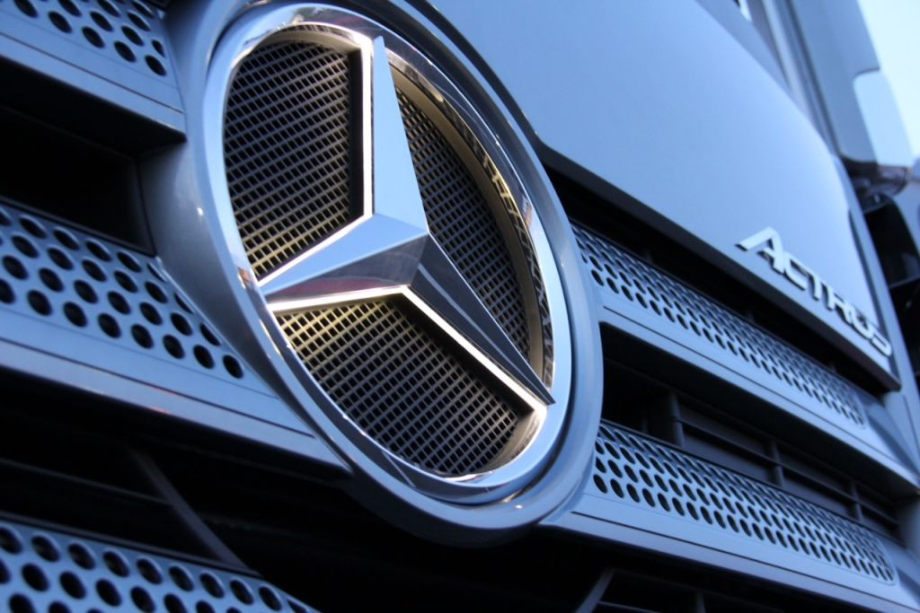 Mercedes Benz Illuminated Emblem Lets You Roll The Streets