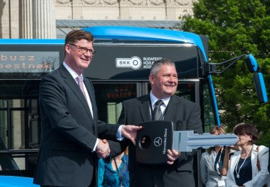 Till Oberwörder, Head of Marketing, Sales & Aftersales Daimler Buses, handed over the vehicles to Mátyás Dósa, operator of the private bus company VT Transman GmbH.