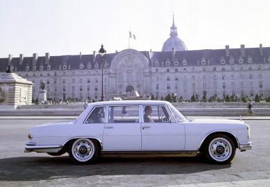 Mercedes-Benz Typ 600 (Baureihe W 100, 1964 bis 1981). Die Limousine beim Fotoshooting in Paris mit École Militaire und Invalidendom im Hintergrund.