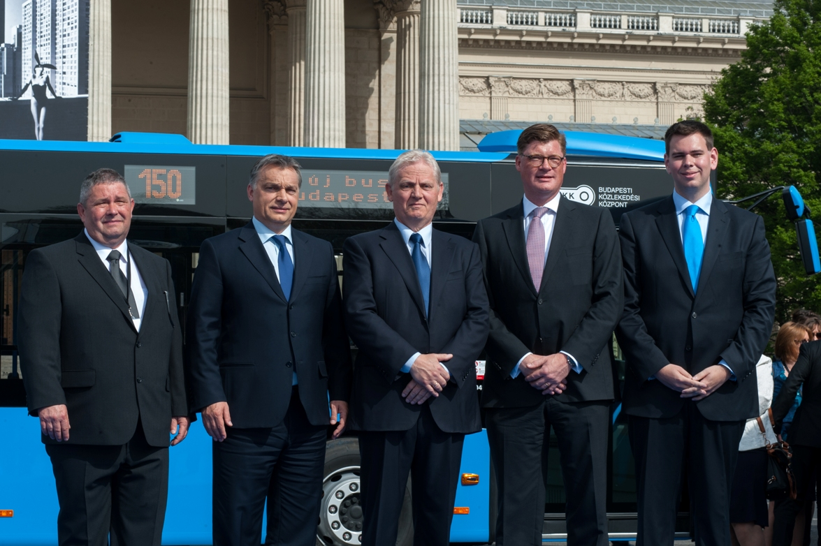 Till Oberwörder, Head of Marketing, Sales & Aftersales Daimler Buses, handed over the vehicles in the presence of the Hungarian Prime Minister Viktor Orban, the Mayor of Budapest István Tarlós, the General Director of the Budapest Transport Centre, Dávid Vitézy, and Mátyás Dósa, operator of the private bus company VT Transman GmbH.