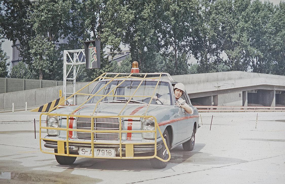 Mercedes-Benz Versuchsfahrzeug der Baureihe W 114, eingesetzt im ...