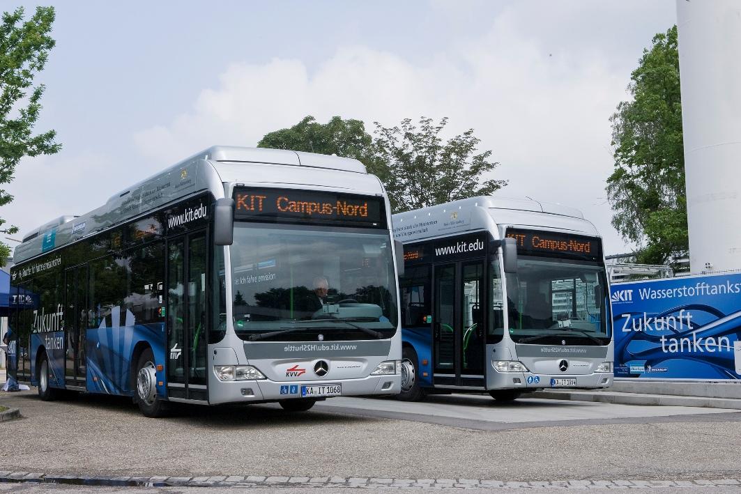 FuelCELL-Hybrid Busse von Daimler Buses bei der Einweihung der Wasserstofftankstelle des Karlsruher Instituts für Technologie (KIT).