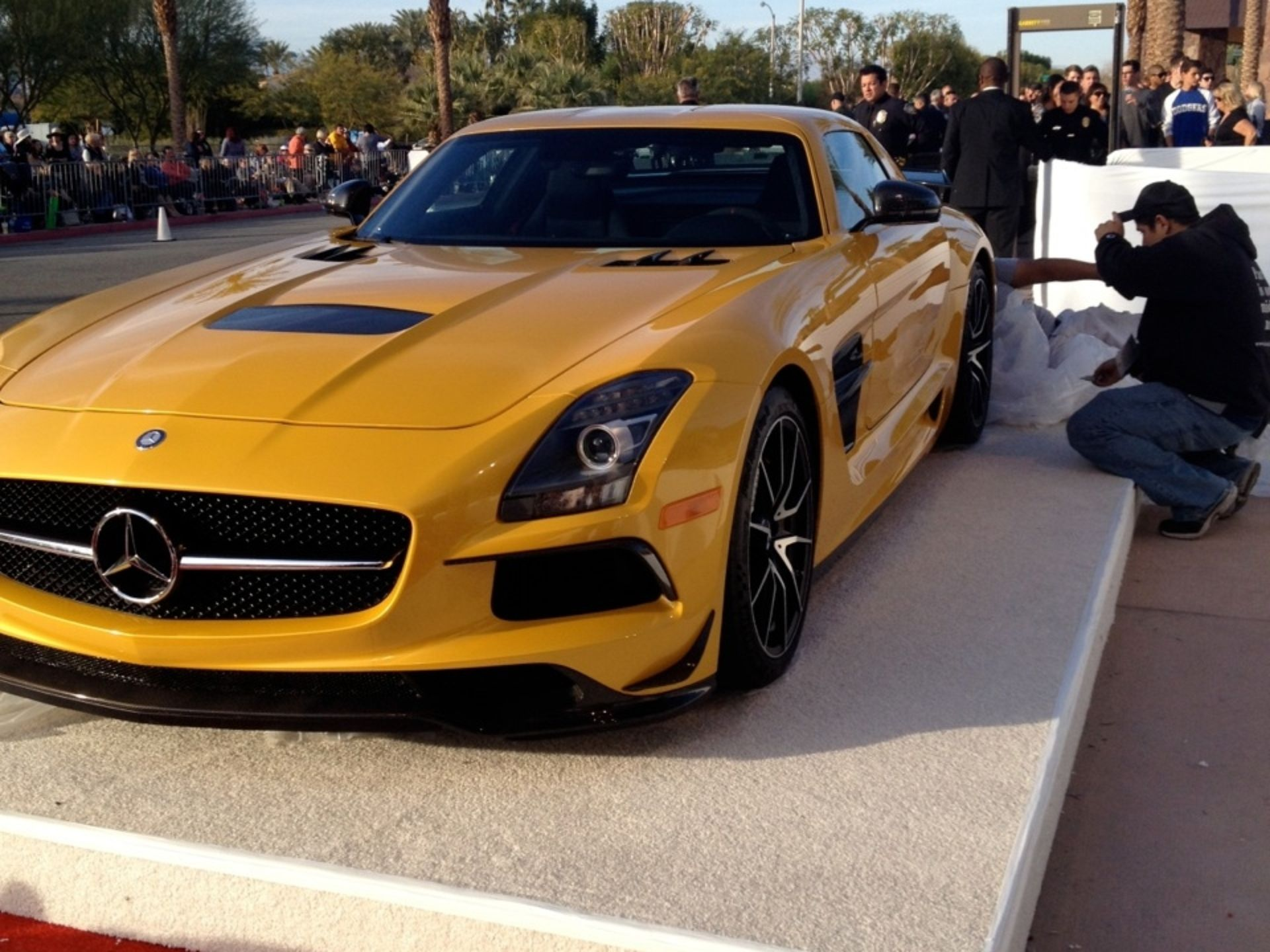 2014 mercedes sls amg black series gets red carpet malfunction. Black Bedroom Furniture Sets. Home Design Ideas