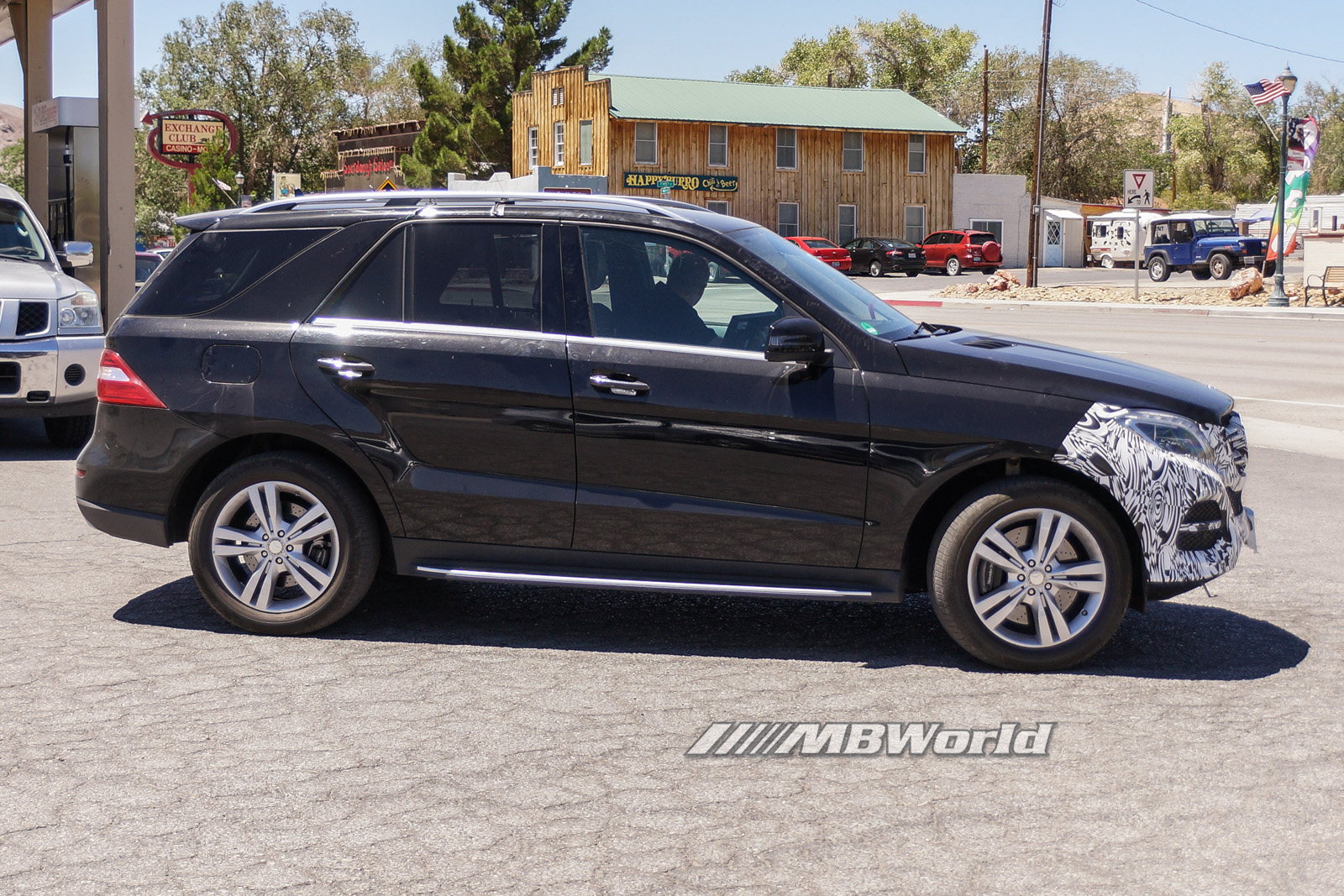 facelifted mercedes ml class caught on cam with less camo a mercedes benz. Black Bedroom Furniture Sets. Home Design Ideas