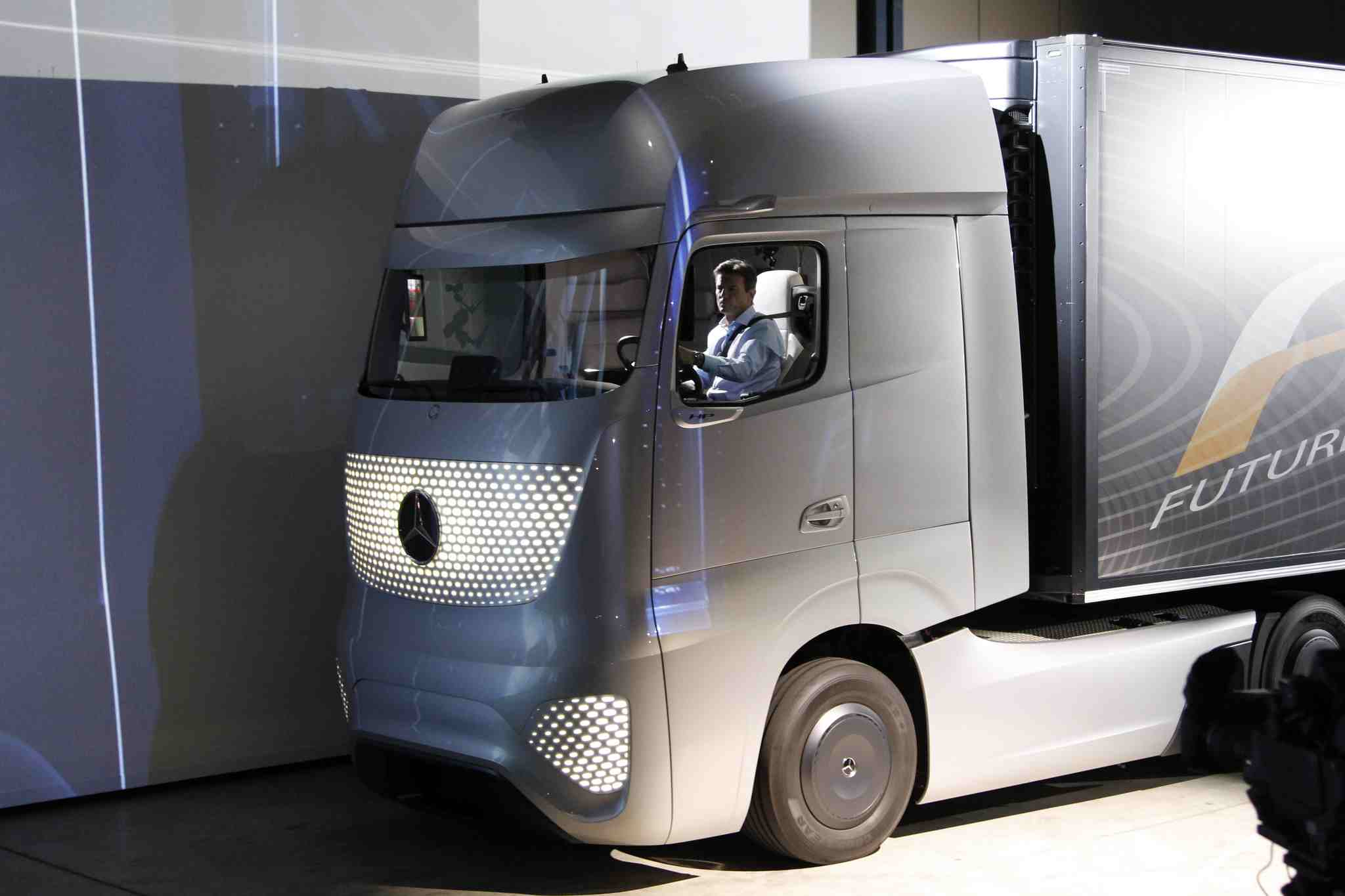 Mercedes benz future truck 2025 makes its debut at the iaa for 2014 mercedes benz truck