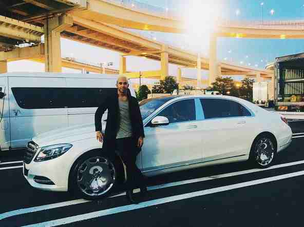 lewis hamilton receives his mercedes maybach s600. Black Bedroom Furniture Sets. Home Design Ideas