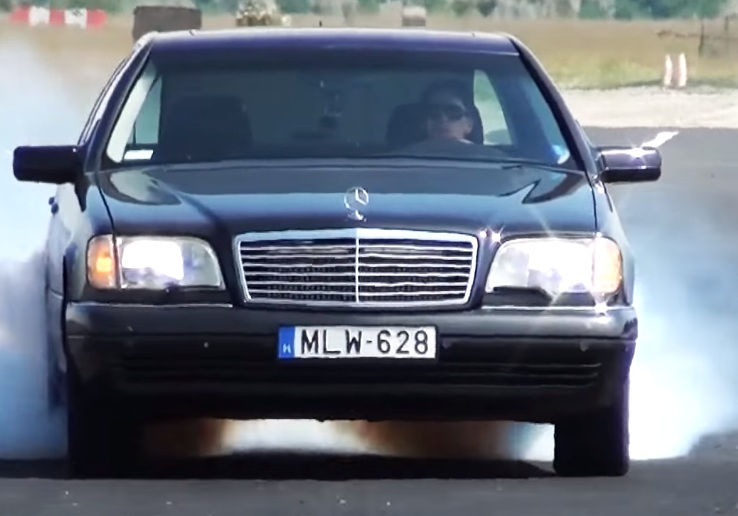 Video: Mercedes-Benz S-Class (W140) Performs a Burnout