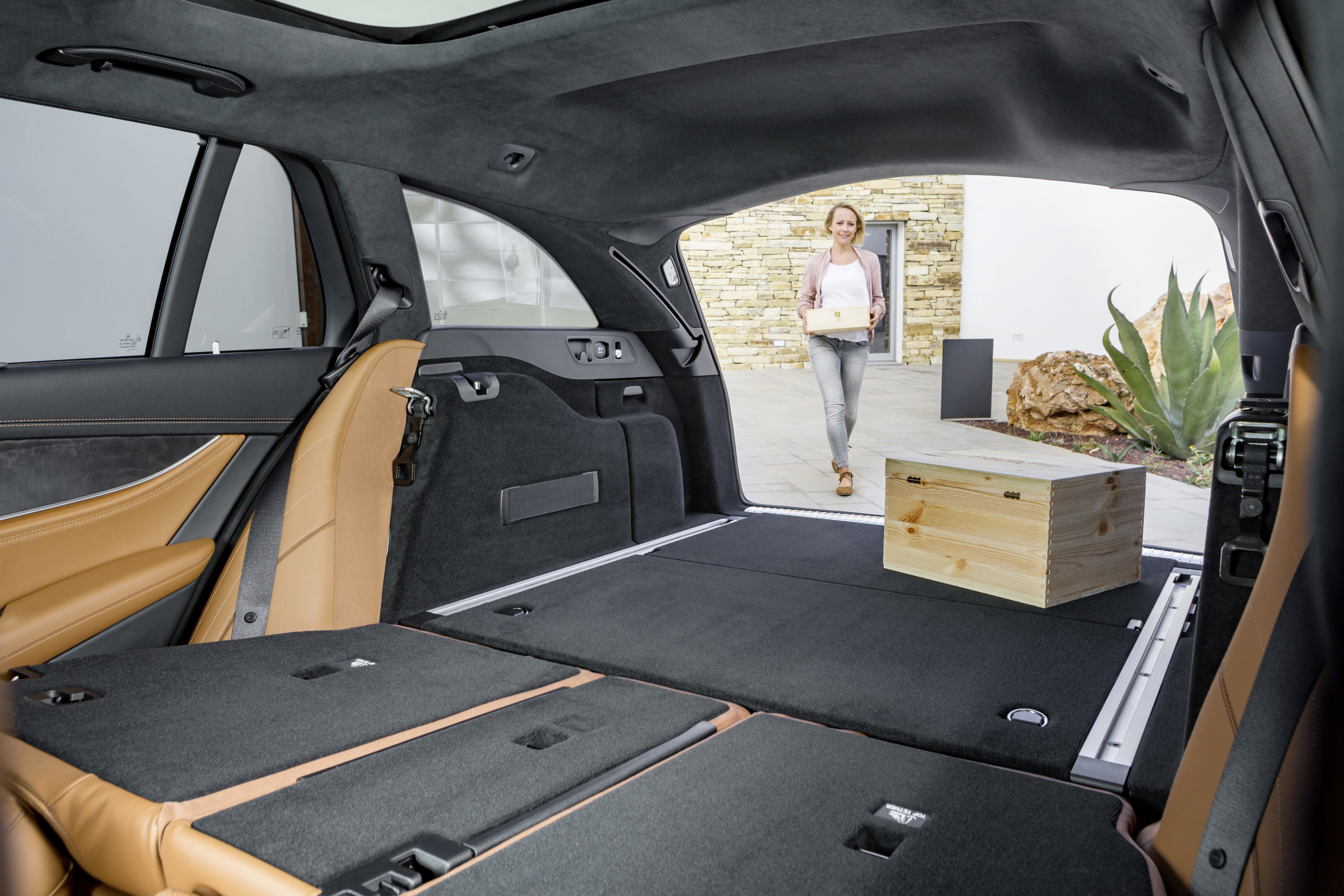 Mercedes-Benz E-Class: Folding bench seat in the cargo compartment (Wagon)
